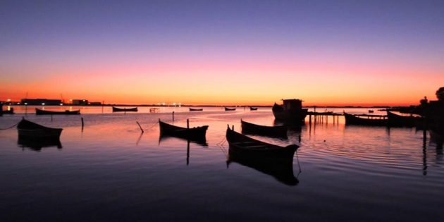 Barcos ao Amanhecer na Lagoa